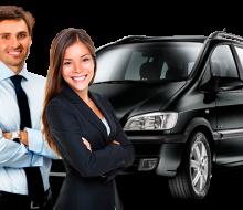 homem-e-mulher-motoristas-carro-no-fundo